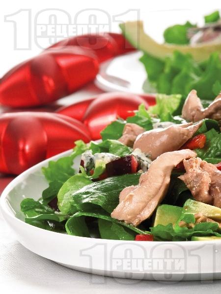 Зелена салата авокадо, синьо сирене и дроб от треска - снимка на рецептата